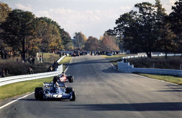 Jackie Stewart, Tyrrell 005 Ford leads Niki Lauda, March 721G Ford.