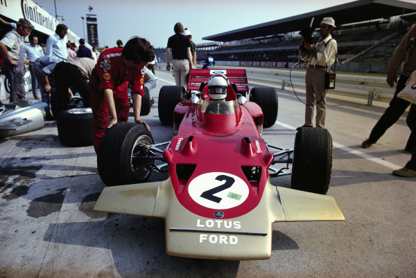 Jochen Rindt, Lotus 72C Ford waiting in the pits.