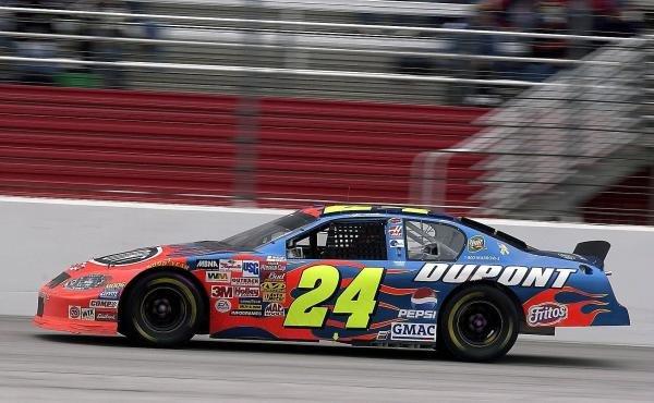 Race winner Jeff Gordon (USA) DuPont Chevrolet.Nascar Winston Cup, Rd33, Bass Pro Shops 500, Atlanta, USA, 27 October 2003.DIGITAL IMAGE