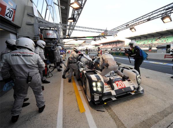 2014 Le Mans 24 Hours. Circuit de la Sarthe, Le Mans, France. Saturday 15 June 2013. Timo Bernhard/Mark Webber/Brendon Hartley, Porsche Team, No.20 Porsche 919 Hybrid.  World Copyright: Jeff Bloxham/LAT Photographic. ref: Digital Image DSC_8838