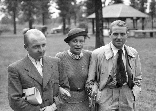 1936 Italian Grand Prix. Monza, Italy. 13th September 1936. Ernst von Delius (left) holds Elly Beinhorn Rosemeyer's handbag, as he Elly and Bernd pose for Robert Fellowes in Monza's Park. World Copyright: Robert Fellowes/LAT Photographic Ref: 36ITA16