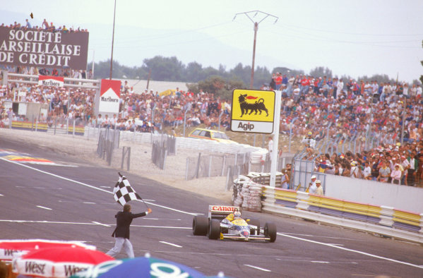 Paul Ricard, Le Castellet, France.4-6 July 1986.Nigel Mansell (Williams FW11 Honda) takes the chequered flag for 1st position.Ref-86 FRA 04.World Copyright - LAT Photographic
