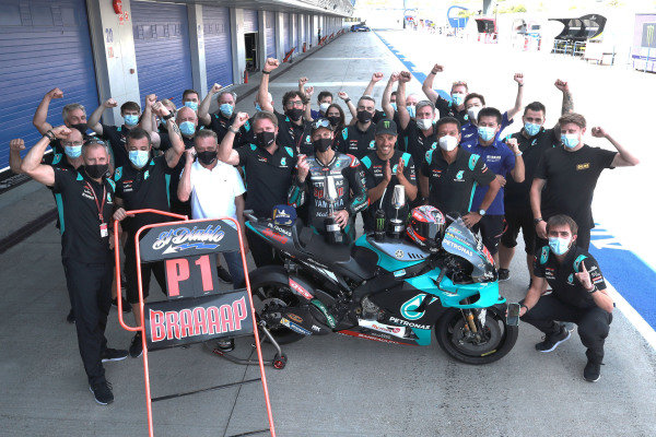 Race winner Fabio Quartararo, Petronas Yamaha SRT celebrates with the team.
