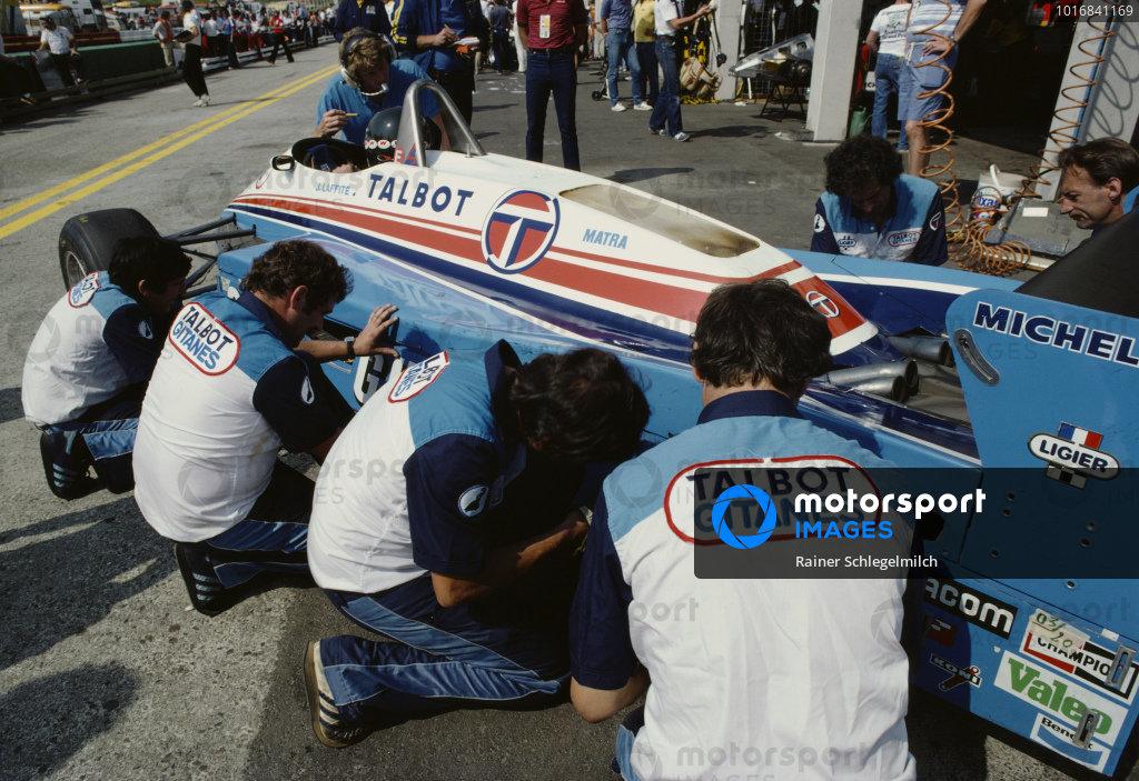 Mechanics work on the ground effect sliding skirts on Jacques Laffite's Ligier JS19 Matra.