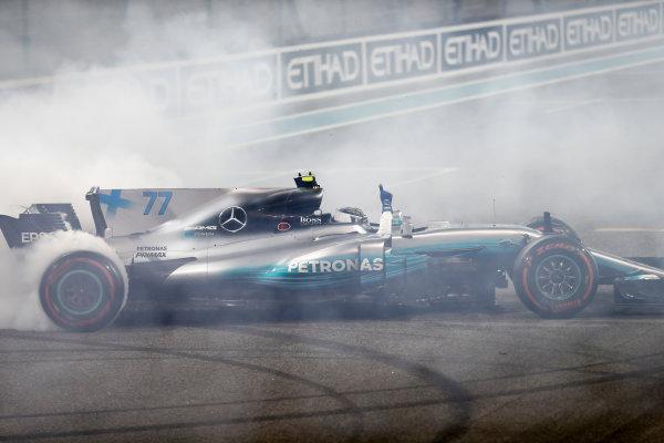 Yas Marina Circuit, Abu Dhabi, United Arab Emirates. Sunday 26 November 2017. Valtteri Bottas, Mercedes F1 W08 EQ Power+, 1st Position, performs celebratory doughnuts after the race. World Copyright: Glenn Dunbar/LAT Images  ref: Digital Image _31I9170