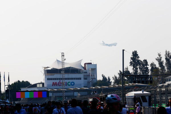 Autodromo Hermanos Rodriguez, Mexico City, Mexico. Thursday 26 October 2017. A low-flying Air France jet passes close to the circuit. World Copyright: Andy Hone/LAT Images  ref: Digital Image _ONZ9270