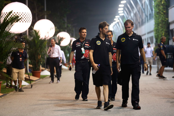 Marina Bay Circuit, Singapore. Friday 18 September 2015. Romain Grosjean, Lotus F1, with Alan Permane, Trackside Operations Director, Lotus F1.  World Copyright: Alastair Staley/LAT Photographic ref: Digital Image _R6T4610
