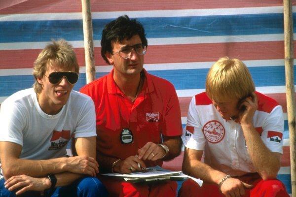 Eddie Jordan (IRL), centre, with Stefan Johansson (SWE), left. International Formula Three, Macau Grand Prix, Macau, 20 November 1984.