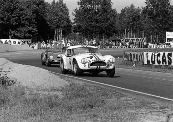 Le Mans, France. 15th - 16th June 1963.Ed Hugus/Peter Jopp (AC Cobra Ford), retired, action. World Copyright: LAT Photographic.Ref:  10451P - 17.