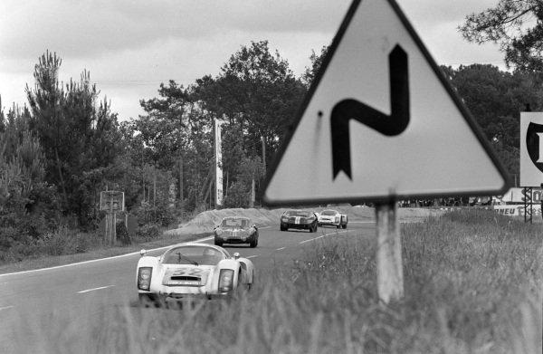 Udo Schütz / Piet de Klerk, Porsche System Engineering, Porsche 906/6 Carrera 6 Langheck, leads Guy Verrier / Robert Bouharde, Sociètè des Automobiles Alpine, Alpine A210 - Renault.