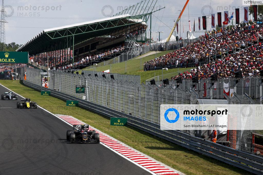 Kevin Magnussen, Haas VF-19, leads Daniel Ricciardo, Renault R.S.19