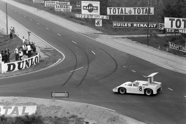 Bruce Jennings / Bob Johnson, Chaparral Racing, Chaparral 2F-Chevrolet, recovers after leaving the circuit.