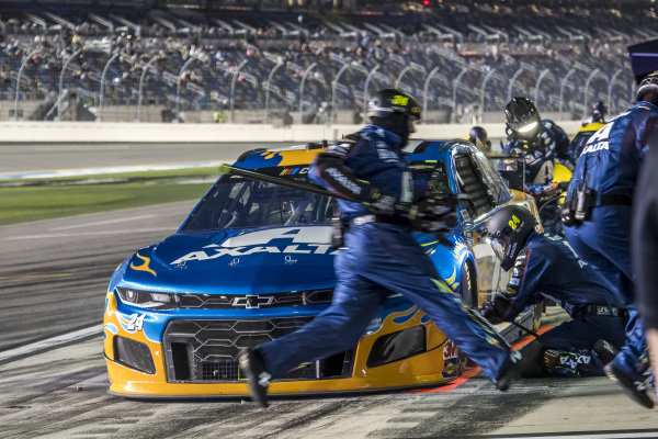#24: William Byron, Hendrick Motorsports, Chevrolet Camaro Axalta 'Color of the Year' pit stop