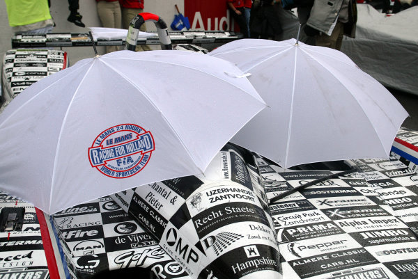 2003 Le Mans 24 HoursLe Mans, France. 13th June 2003The umbrella's come out as the rain comes down.World Copyright: Jon Tingle/LAT Photographicref: Digital Image Only
