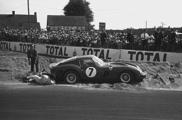 1962 Le Mans 24 hours. Le Mans, France. 23rd - 24th June 1962. Mike Parkes/Lorenzo Bandini (Ferrari 330 LM/GTO), retired, buried in the sand, action.  World Copyright: LAT Photographic. Ref:  9951B - 35A-36.