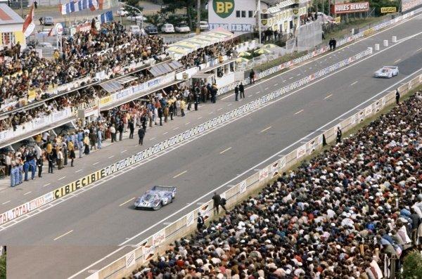 1971 Le Mans 24 hours. Le Mans, France. 12-13 June 1971. Gerard Larrousse/Vic Elford (Porsche 917LH) leads Jo Siffert/Derek Bell (Porsche 917LH) past the pits. World Copyright: LAT Photographic Ref: 71LM38