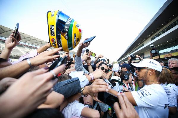 Autodromo Hermanos Rodriguez, Mexico City, Mexico. Thursday 26 October 2017. Lewis Hamilton, Mercedes AMG, signs autographs for fans. World Copyright: Charles Coates/LAT Images  ref: Digital Image DJ5R7763