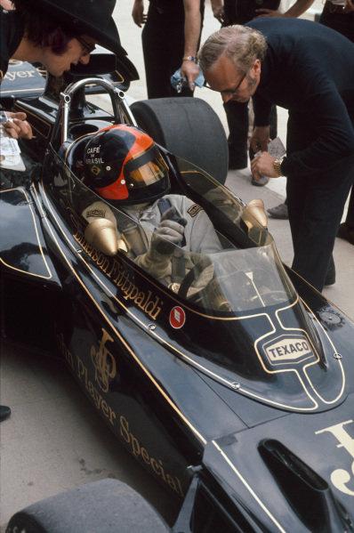 1972 Belgian Grand Prix.  Nivelles-Baulers, Belgium. 2-4th June 1972.  Colin Chapman talks to Emerson Fittipaldi, Lotus 72D Ford, 1st position.  Ref: 72BEL14. World Copyright: LAT Photographic