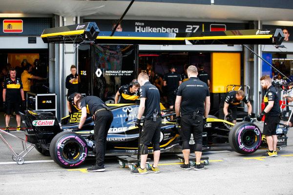Carlos Sainz Jr., Renault Sport F1 Team R.S. 18, in the pit lane.