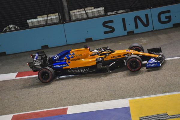 Carlos Sainz Jr., McLaren MCL34, pits