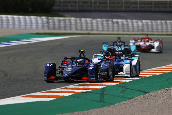 Nick Cassidy (NZL), Envision Virgin Racing, Audi e-tron FE07, leads Maximilian Guenther (DEU), BMW I Andretti Motorsports, BMW iFE.21, and Sam Bird (GBR), Jaguar Racing, Jaguar I-TYPE 5