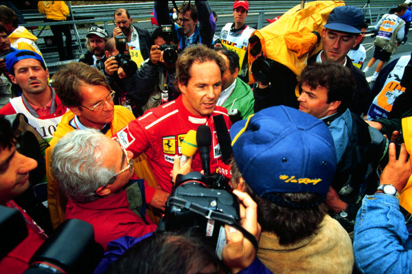 1995 Belgian Grand Prix.Spa-Francorchamps, Belgium.25-27 August 1995.Gerhard Berger (Ferrari) talks to the media after securing pole position.World Copyright - LAT Photographic