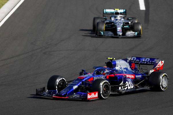 Alexander Albon, Toro Rosso STR14, leads Valtteri Bottas, Mercedes AMG W10