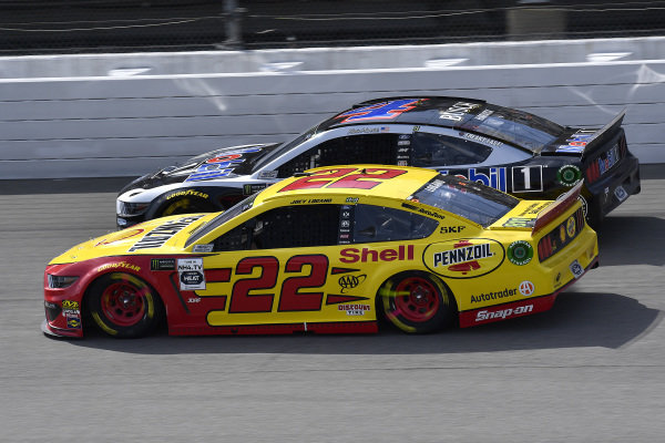 #22: Joey Logano, Team Penske, Ford Mustang Shell Pennzoil abd #4: Kevin Harvick, Stewart-Haas Racing, Ford Mustang Mobil 1