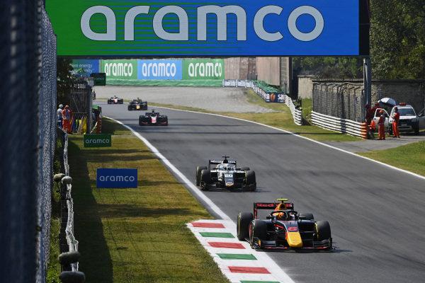 Jehan Daruvala (IND, Carlin), leads Matteo Nannini (ITA, Campos Racing)
