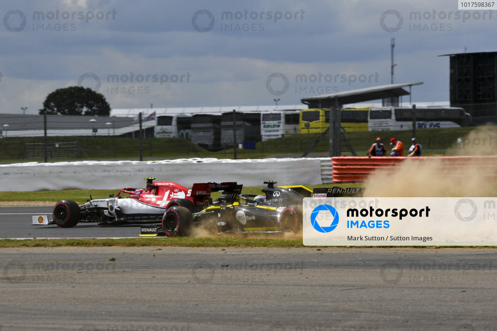 Nico Hulkenberg, Renault R.S. 19 runs wide and Antonio Giovinazzi, Alfa Romeo Racing C38