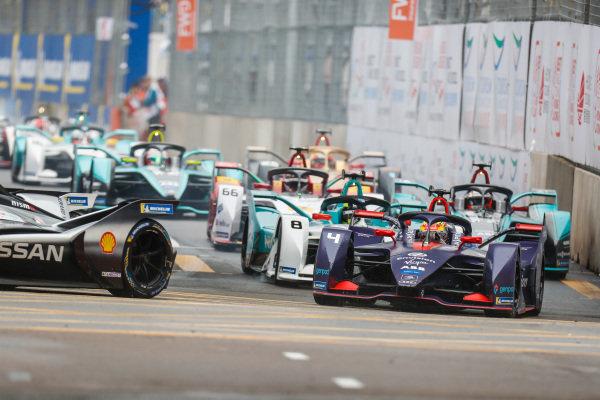 Robin Frijns (NLD), Envision Virgin Racing, Audi e-tron FE05 leads Tom Dillmann (FRA), NIO Formula E Team, NIO Sport 004 and Mitch Evans (NZL), Panasonic Jaguar Racing, Jaguar I-Type 3