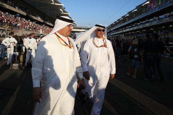 Sheikh Mohammed bin Essa Al Khalifa (BRN) CEO of the Bahrain Economic Development Board and McLaren Shareholder and Zayed Al Zayani, Chairman Bahrain International Circuit on the grid at Formula One World Championship, Rd19, Abu Dhabi Grand Prix, Race, Yas Marina Circuit, Abu Dhabi, UAE, Sunday 29 November 2015.