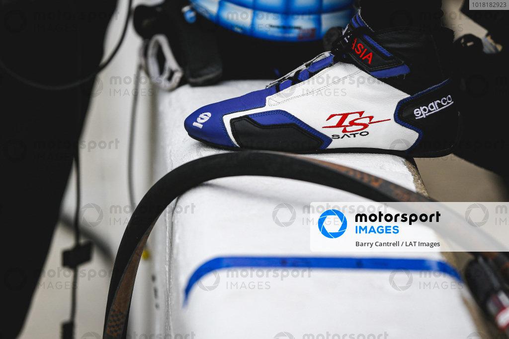 #30: Takuma Sato, Rahal Letterman Lanigan Racing Honda, shoes