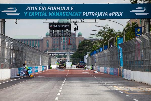 2015/2016 FIA Formula E Championship. Putrajaya ePrix, Putrajaya, Malaysia. Friday 6 November 2015. A view of the start/finish straight. Photo: Zak Mauger/LAT/Formula E ref: Digital Image _MG_3677