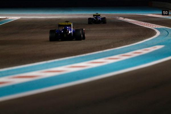 Yas Marina Circuit, Abu Dhabi, United Arab Emirates. Sunday 29 November 2015. Felipe Nasr, Sauber C34 Ferrari, leads Marcus Ericsson, Sauber C34 Ferrari. World Copyright: Sam Bloxham/LAT Photographic ref: Digital Image _SBL9311