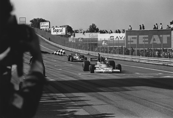 Jarama, Spain. 2nd May 1976.  James Hunt (McLaren M23-Ford), 1st position, takes the chequered flag, action.   World Copyright: LAT Photographic.  Ref:  8548 - 20A.