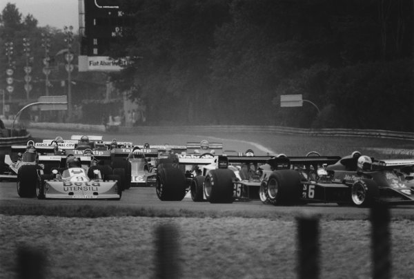 Monza, Italy. 10th - 12th September 1976. Start of the race, action.  World Copyright: LAT Photographic. Ref: 9135_32A