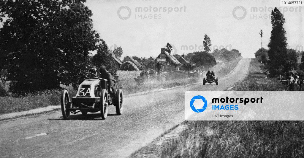 1906 French Grand Prix. Le Mans, France. 26-27 June 1906. Ferenc Szisz (Renault AK) leads Elliot Shepard (Hotchkiss HH). Szisz finished in 1st position. Published-Autocar 7/7/1906 p22. Ref-S65/2844. World Copyright - LAT Photographic
