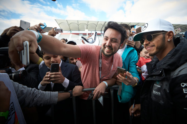 Autodromo Hermanos Rodriguez, Mexico City, Mexico. Thursday 27 October 2016. Lewis Hamilton, Mercedes AMG, meets some fans. World Copyright:Steve Etherington/LAT Photographic ref: Digital Image SNE21661