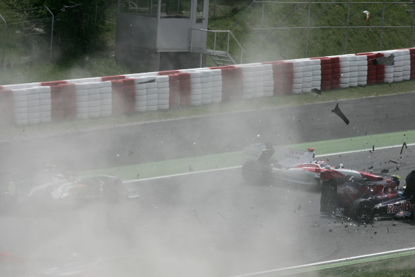 Circuit de Catalunya, Barcelona, Spain10th May 2009Jarno Trulli, Toyota TF109 crashes with Adrian Sutil, Force India VJM02 Mercedes and Sebastien Bourdais, Toro Rosso STR04 Ferrari on the first lap of the race. Action.World Copyright: LAT Photographicref: Digital Image HA0I1074