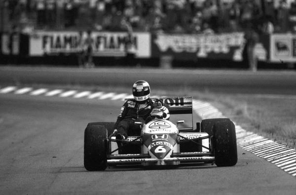 Winner Nelson Piquet (BRA) Williams FW11, gives Keke Rosberg (FIN) McLaren a lift back to the pits. German Grand Prix, Hockenheim, 27 July 1986
