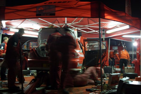 2001 FIA World Rally Championship.Rally Of Great Britain. Cardiff, Wales. November 22-25th.The mechanics work around the car of Freddy Loix, Mitsubihi Lancer EVO 7.Photo: Paul Dowker/LAT Photographic.World - LAT Photographic.