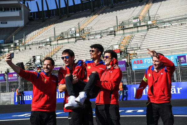 Pascal Wehrlein (DEU), Mahindra Racing, takes a selfie with his team