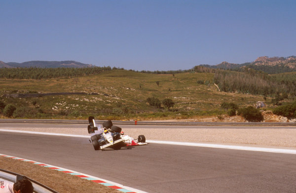 Estoril, Portugal.22-24 September 1989.Roberto Moreno (Coloni FC189 Ford) crashes into Eddie Cheever (Arrows A11 Ford) during qualifying. Ref-89 POR 02.World Copyright - LAT Photographic