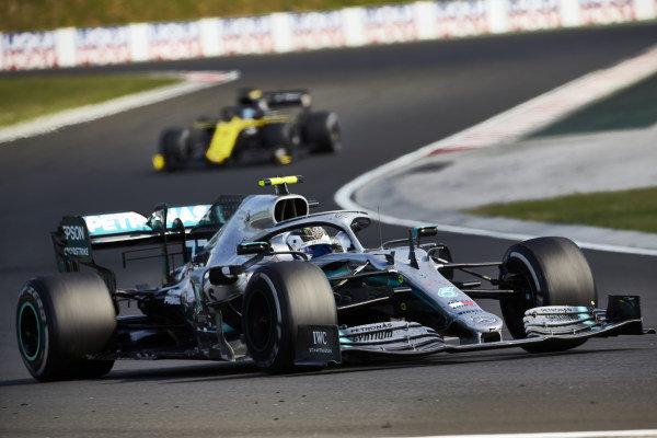 Valtteri Bottas, Mercedes AMG W10, leads Daniel Ricciardo, Renault R.S.19
