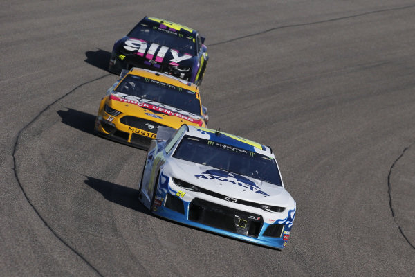 #24: William Byron, Hendrick Motorsports, Chevrolet Camaro Axalta Flames of Independence and #14: Clint Bowyer, Stewart-Haas Racing, Ford Mustang Rush Truck Centers / Haas CNC
