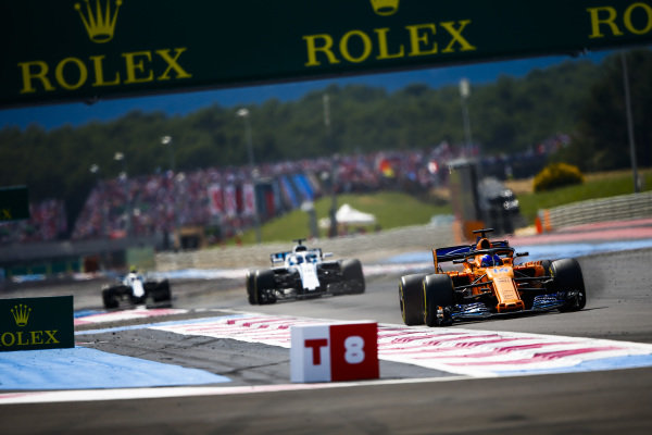 Fernando Alonso, McLaren MCL33 Renault, leads Lance Stroll, Williams FW41 Mercedes.