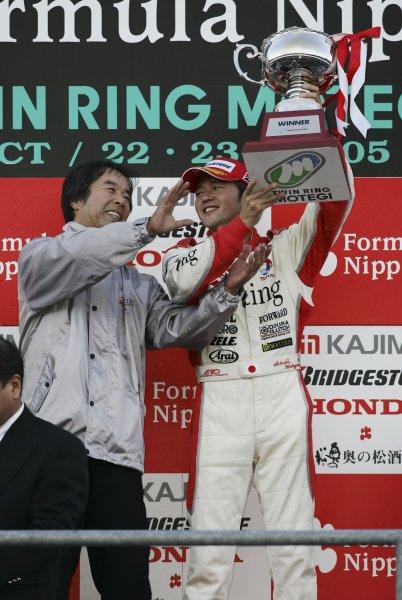 2005 Formula Nippon ChampionshipMotegi, Japan. 23rd October 2005Race winner Satoshi Motoyama (Arting IMPUL), 1st position, celebrates with team director Kazuyoshi Hoshino. Podium.World Copyright: Yashushi Ishihara/LAT Photographicref: Digital Image 2005FN_R8_009