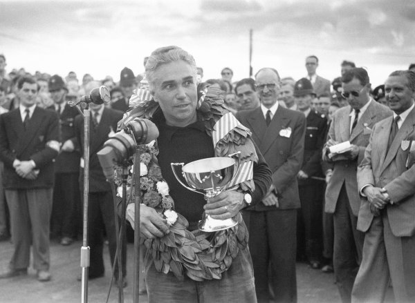 1952 British Grand Prix.Piero Taruffi says a few words after the race.World Copyright: LAT Photographic.ref: 52/38 34A. 50mb Scan.