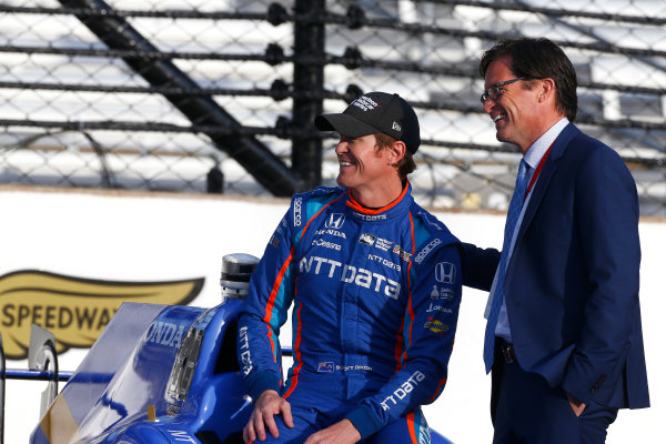 Verizon IndyCar Series Indianapolis 500 Qualifying Indianapolis Motor Speedway, Indianapolis, IN USA Monday 22 May 2017 Scott Dixon, Chip Ganassi Racing Teams Honda poses for front row photos with IMS President Doug Boles World Copyright: Phillip Abbott LAT Images ref: Digital Image abbott_indyQ_0517_21570